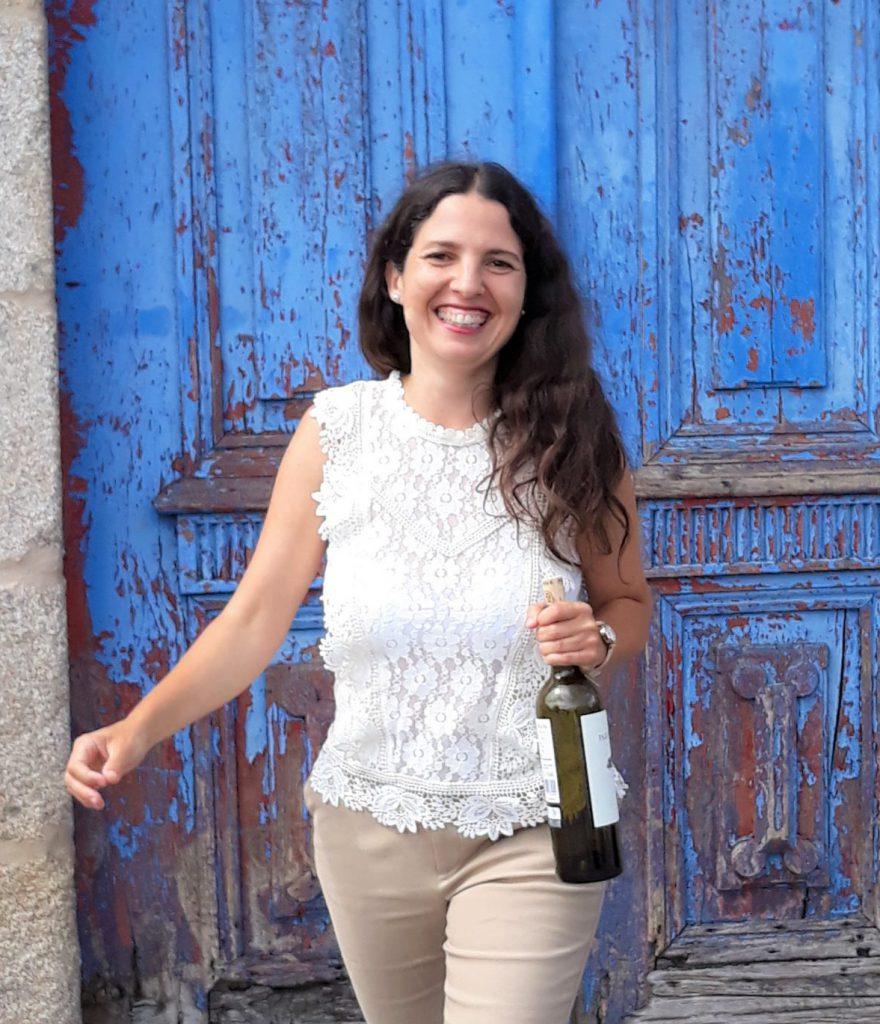 Isabel Gil vor blauer Tuer