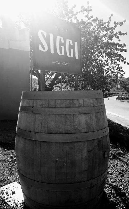 Weinfass vor dem Weingut Siggi